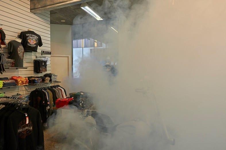 安全霧炮隱藏在昂貴的哈雷 Harley-Davidson 夾克商店